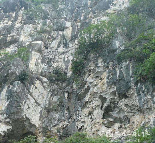 【破面虎】怪石嶙峋坑坑洼洼的崖壁前不适合墓葬